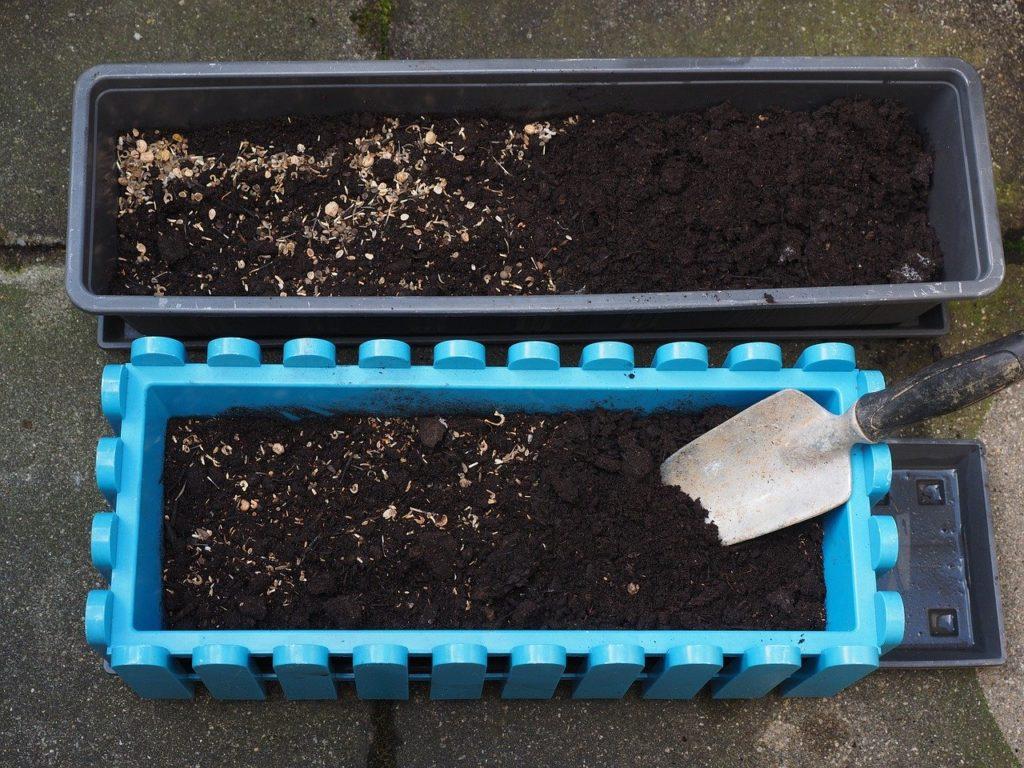 Wie pflanzt man Balkonpflanzen ein?